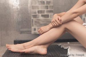 Glatte Frauenbeine mit Aloe Vera gepflegt