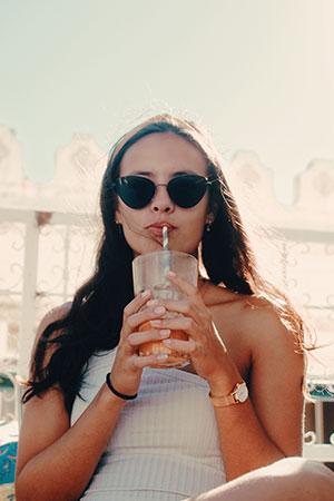 Junge Frau trinkt einen Aloe Vera Entspannungsdrink