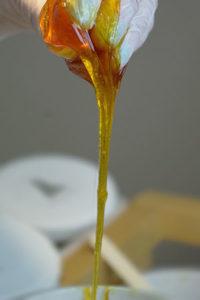 Sugaring Paste fließt aus einer Hand nach unten
